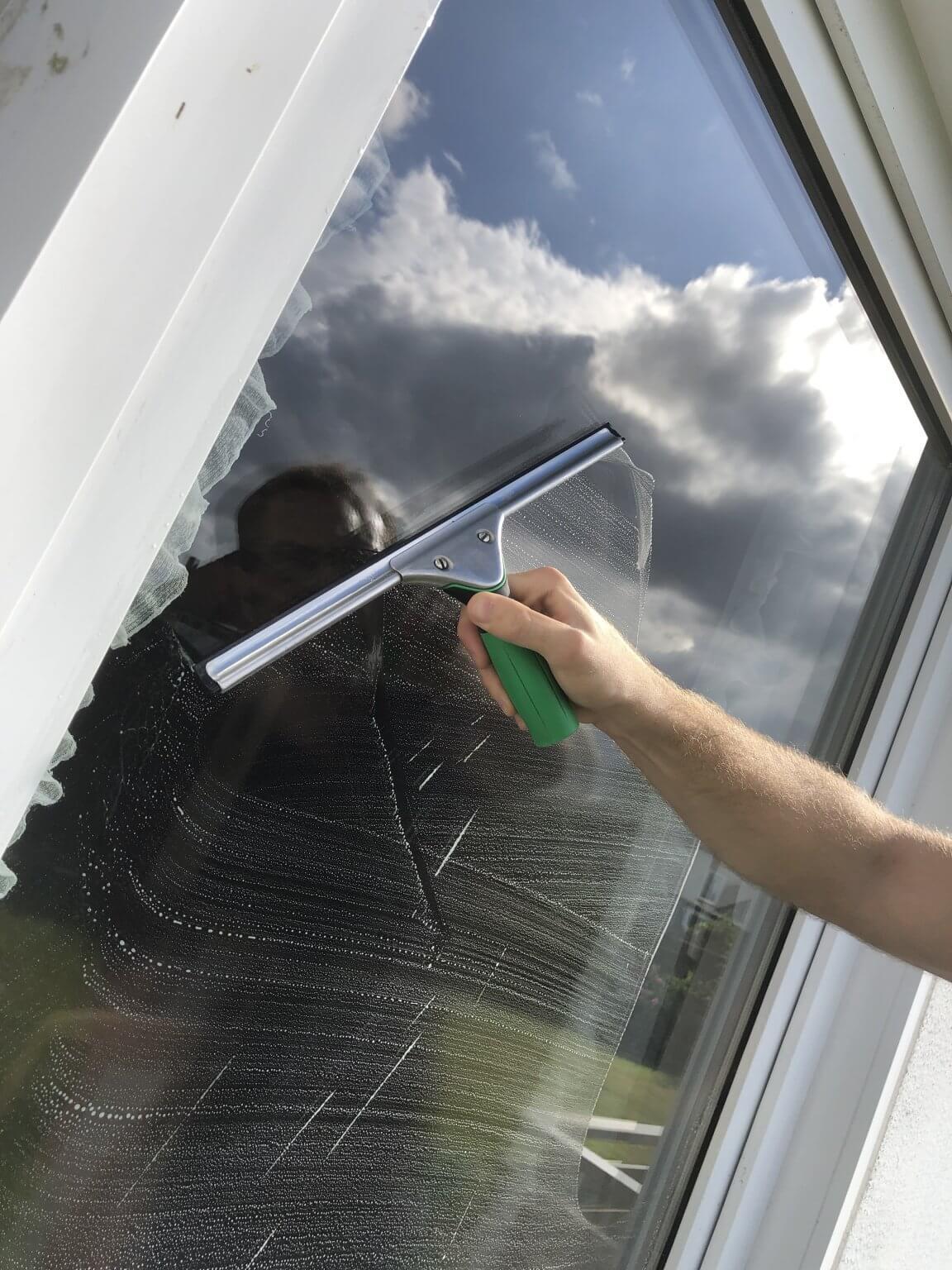 Fensterputzer reinigt Fenster - My Fensterputzer